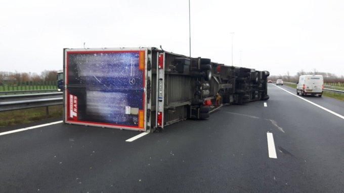 Tientallen vrachtwagens gekanteld tijdens storm https://t.co/MaTd4dgNRo https://t.co/1PebcK7wCK