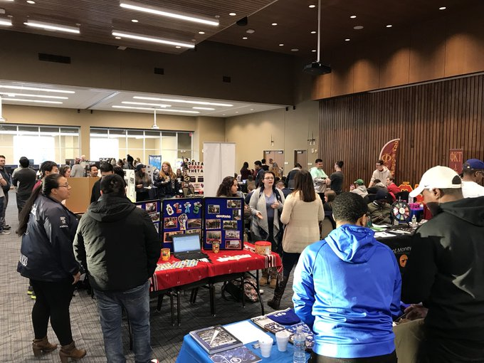 Students: The Involvement Expo is underway inside the #UISedu Student Union Ballroom until 6 p.m. Come learn about more than 70 clubs and organizations! https://t.co/ImH0V3vBvs