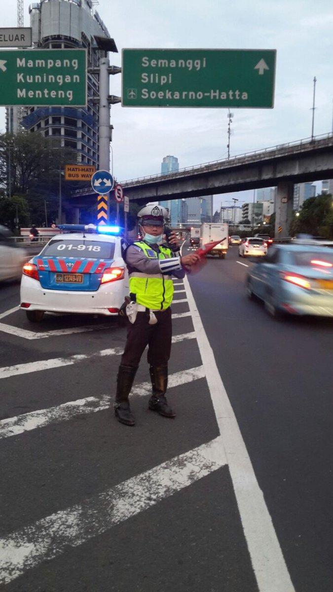 06.11 - Lalu lintas Tol Dalam Kota di Off Ramp Tegal Parang terpantau ramai lancar. RT @TMCPoldaMetro   https://t.co/kX8XL2eLEw
