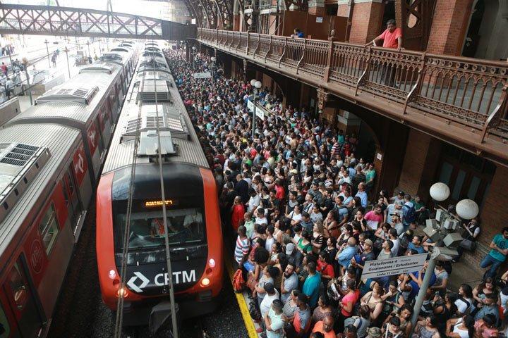 @BroadcastImagem: Concentração de passageiros na estação Luz, em São Paulo, para acessar os trens da CPTM. Nilton Fukuda/Estadão