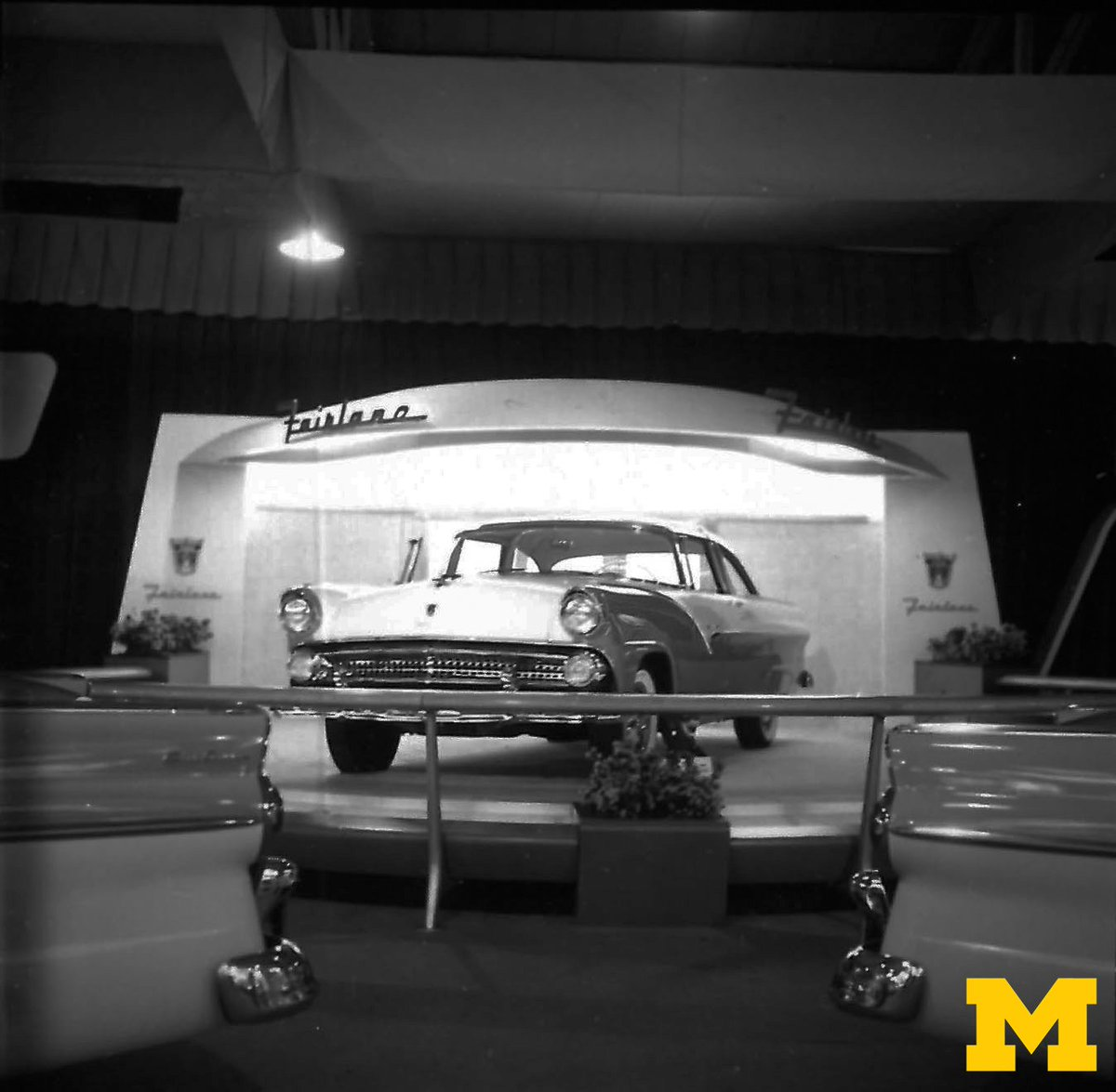 This Ford Fairlane stole the Auto Show in 1955! Do you think it came in maize and blue? #ThrowbackThursday #NAIAS https://t.co/5KY1WRvhqR