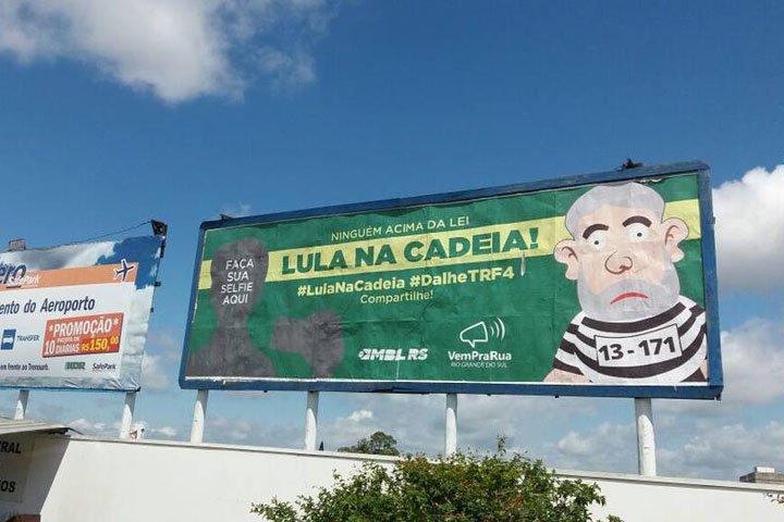@BroadcastImagem: Outdoors do MBL em Porto Alegre pedem 'Lula na cadeia'. Ricardo Galhardo/Estadão