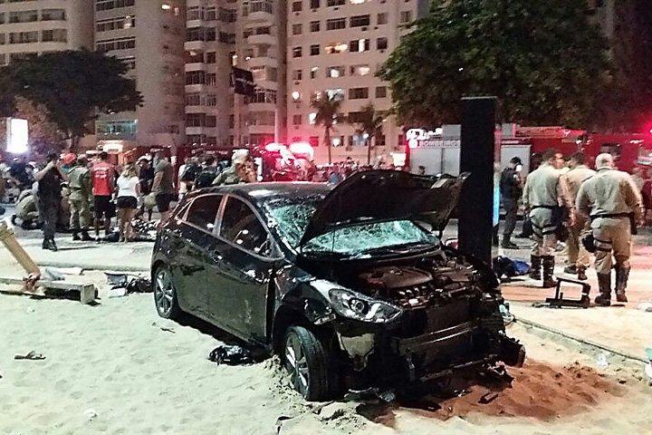 @BroadcastImagem: Motorista atropela pedestres na Praia de Copacabana. Marcio Dolzan/Estadão