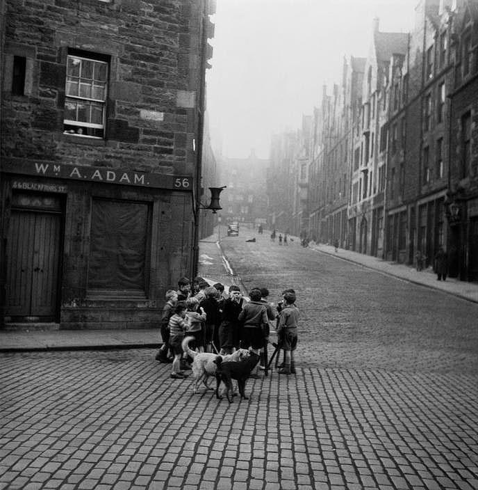 RT @alcarbon68: Werner Bischof  Edinburgh, Scotland, 1950 https://t.co/jaM1rq7lUf