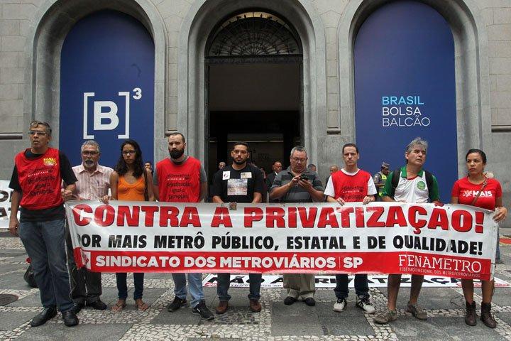 @BroadcastImagem: Manifestantes protestam contra leilão de concessão das linhas do metrô em frente à B3. Werther Santana/Estadão