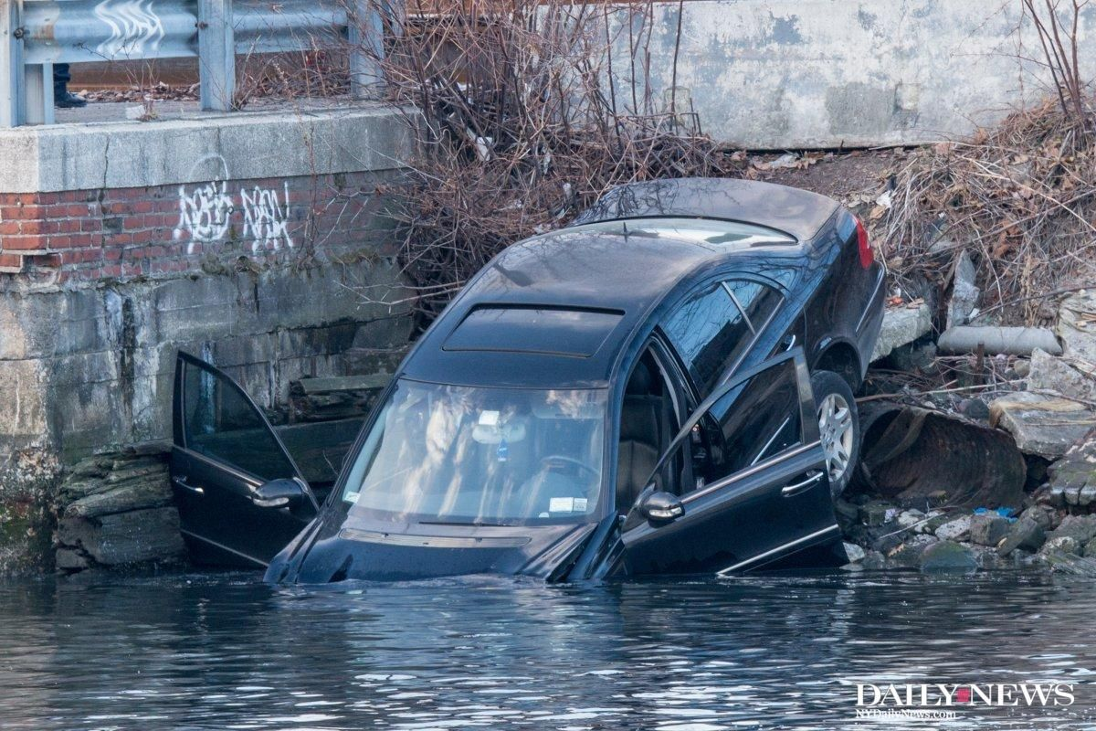 Cops found a Mercedes-Benz submerged in a Queens creek https://t.co/abkwzuGtYj https://t.co/4eBzm6Kko3