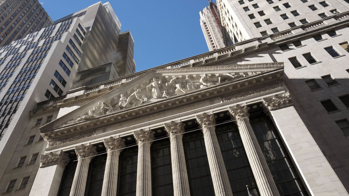 US stock indexes mixed in early trading; oil prices slide