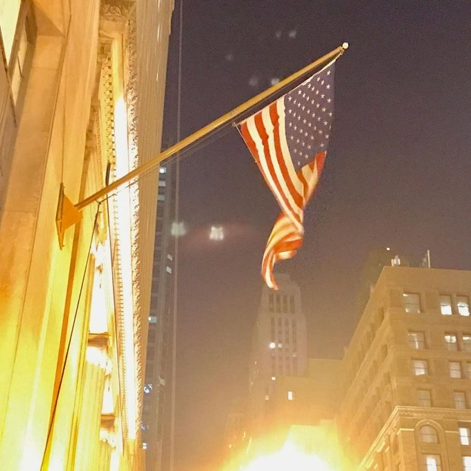 #OutriggerFlagpoles light up a skyscraper. Get your #USFlag on at #FlagRunners.com https://t.co/pAb5Vjb3Td https://t.co/3orsLZvyit