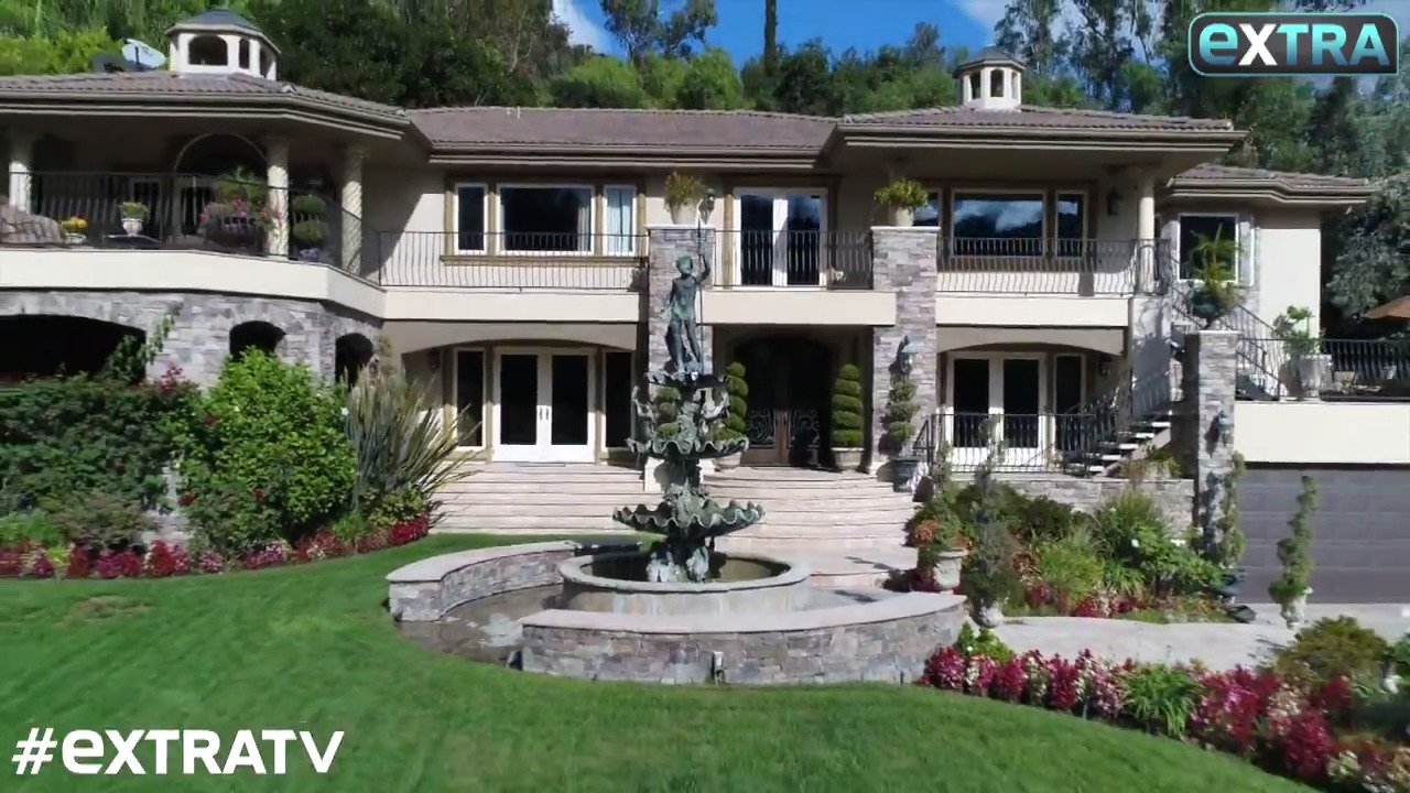 Take a look inside the famous home featured on #KUWTK! https://t.co/Y5z8U2wTzF  @1michaelcorbett https://t.co/UNWO2aAG1O