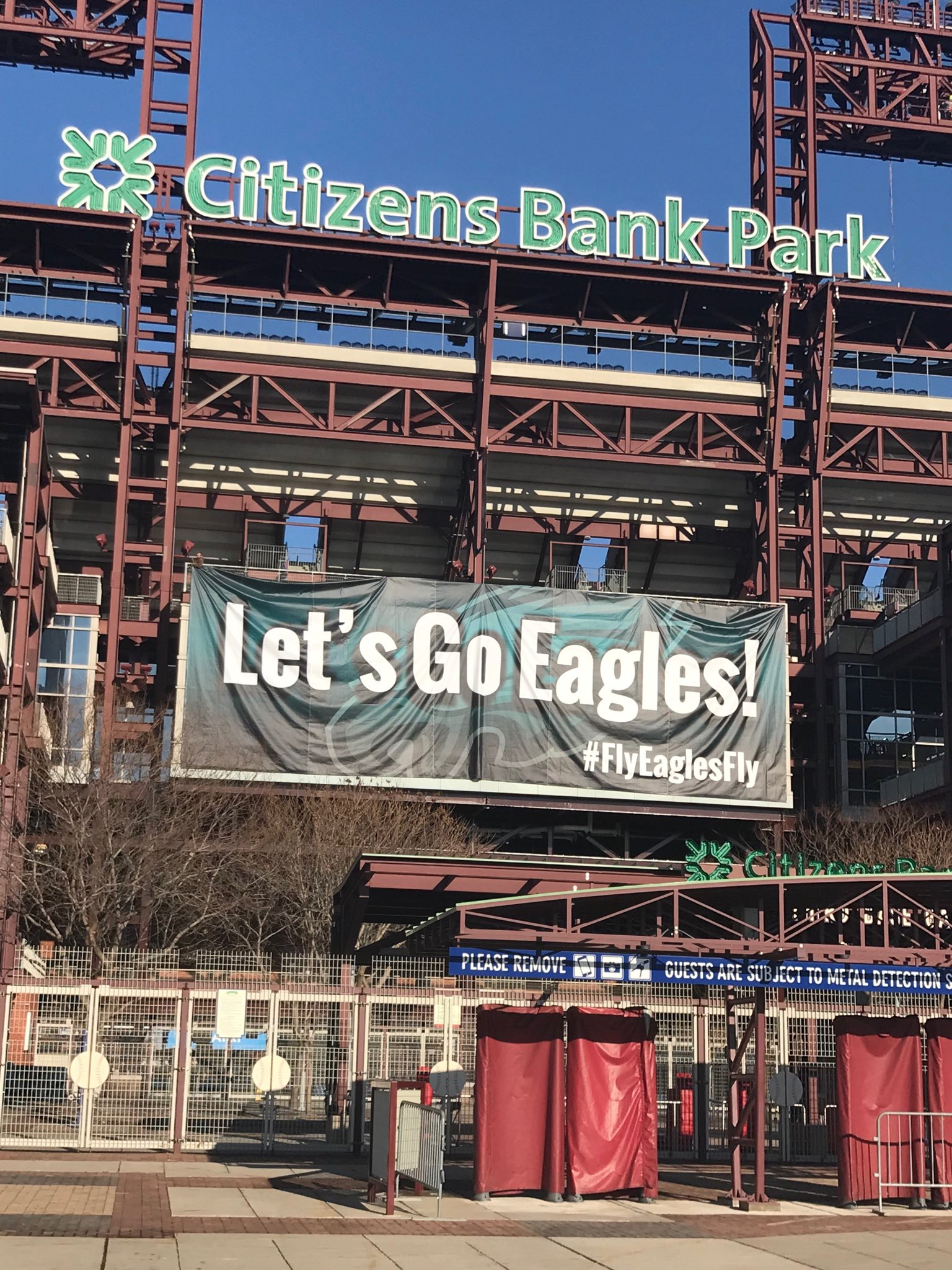 How about this for brotherly love? Well played @Phillies @NBCPhiladelphia @JClarkNBCS @Eagles #eagles #FlyEaglesFly https://t.co/UWbmCtmann