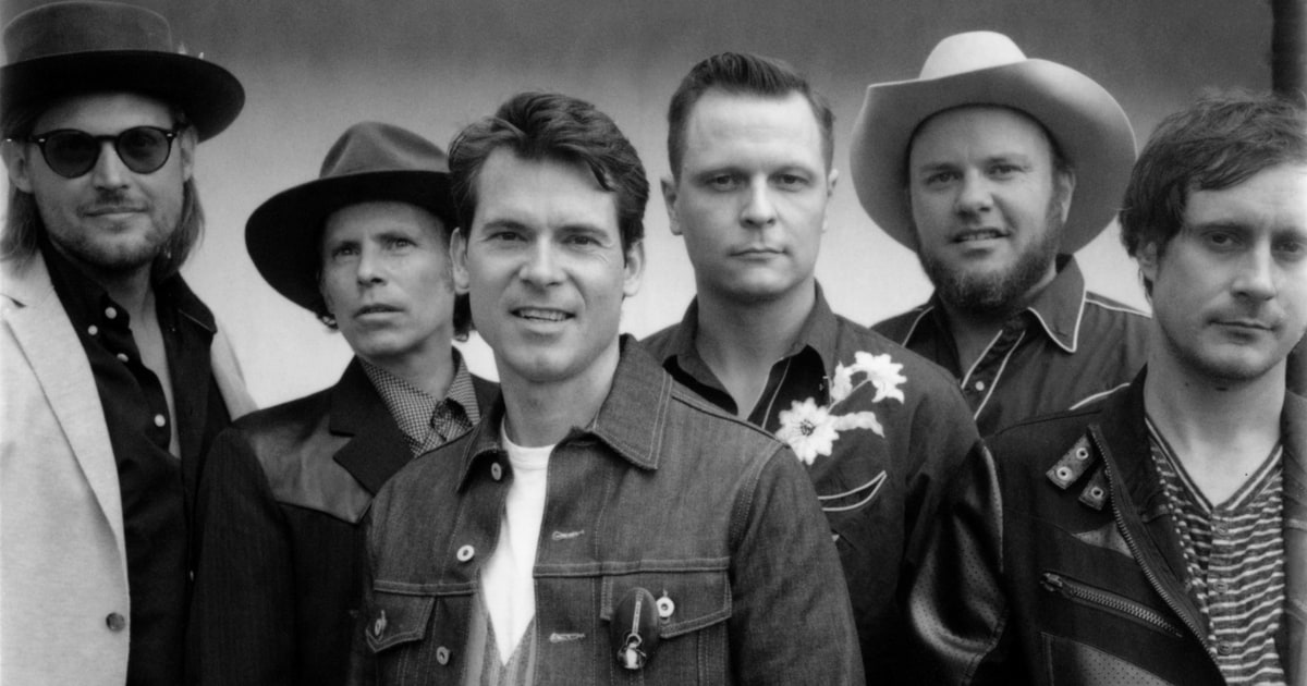 Hear Old Crow Medicine Show's blistering new song 'Flicker and Shine' https://t.co/xFXPSoB8V7 https://t.co/6PVKoi3Eqx