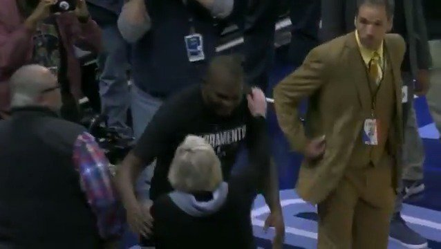 Zach Randolph gets a ton of love from the loyal Memphis fans pregame!  #ThisIsWhyWePlay https://t.co/SyeNcXVBUM