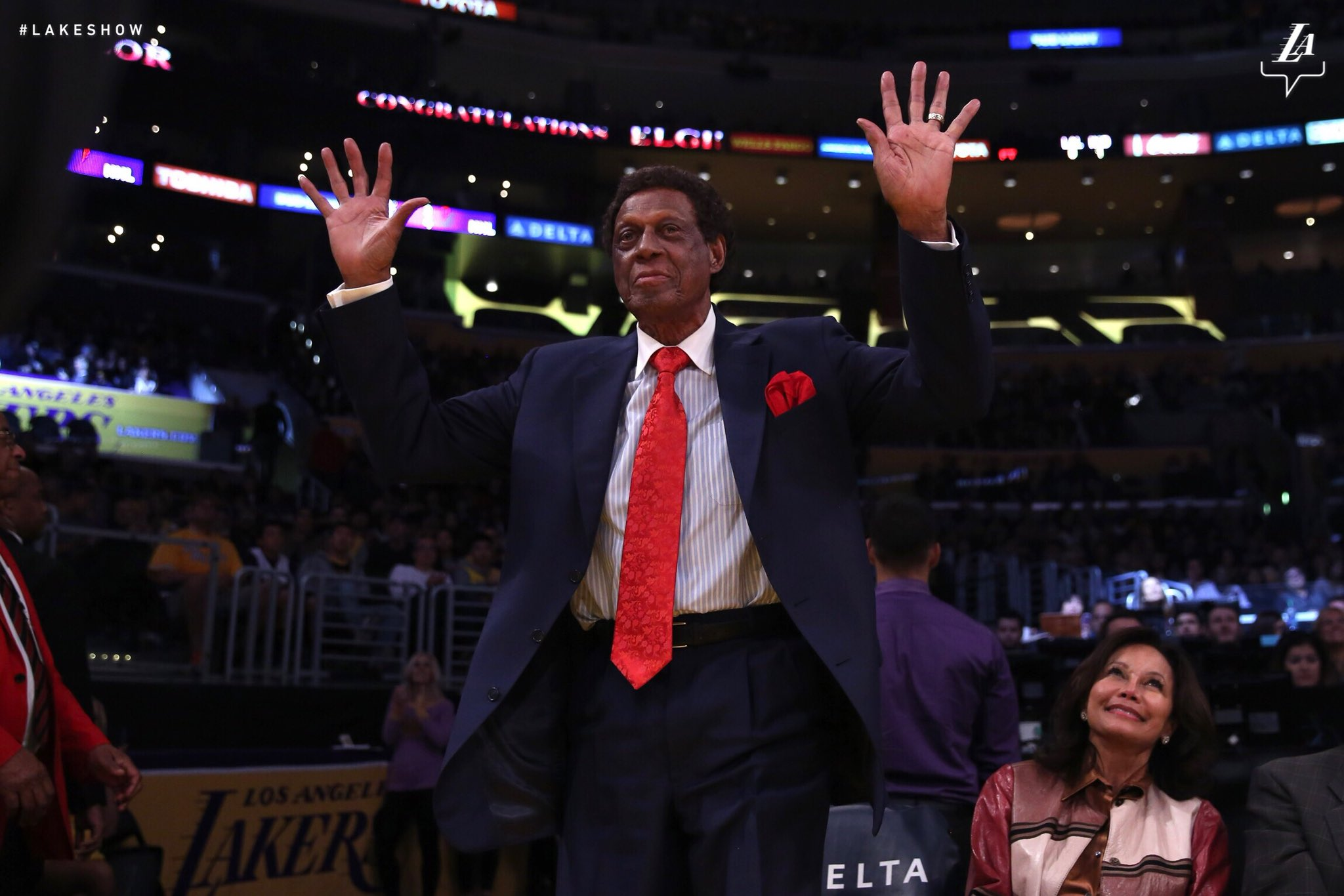 Elgin Baylor, the latest recipient of a @STAPLESCenter statue thanks the Lakers faithful. https://t.co/DoPSerSxlw