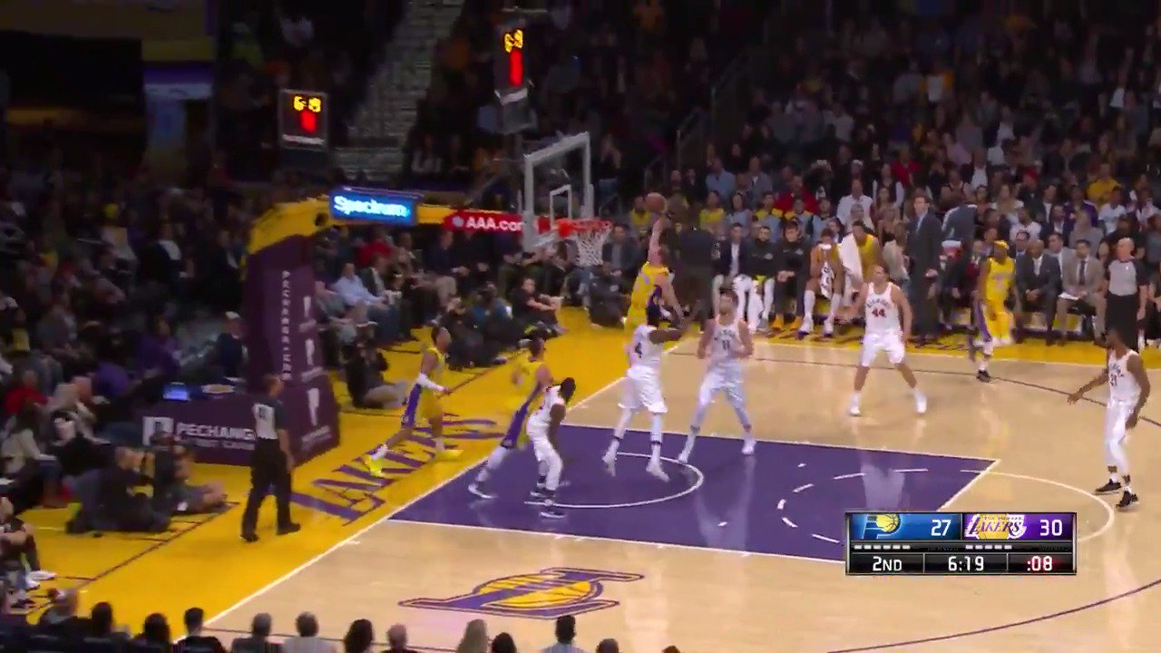 Alex Caruso stuffs it WITH AUTHORITY!  #LakeShow https://t.co/auHolZynZi
