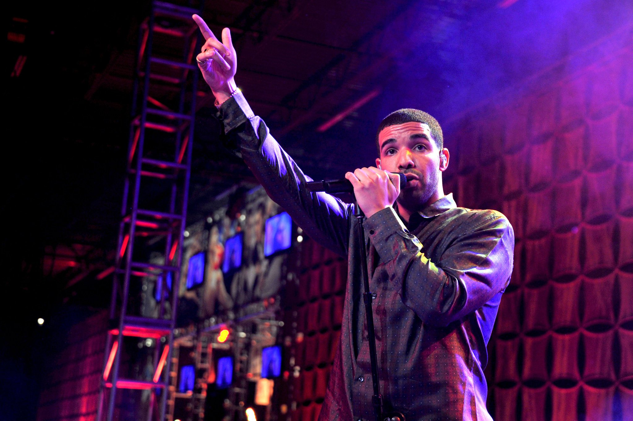 "Drake shares ""Gods Plan"" and ""Diplomatic Immunity.' https://t.co/069RepdaHX https://t.co/UEca08LI6t"