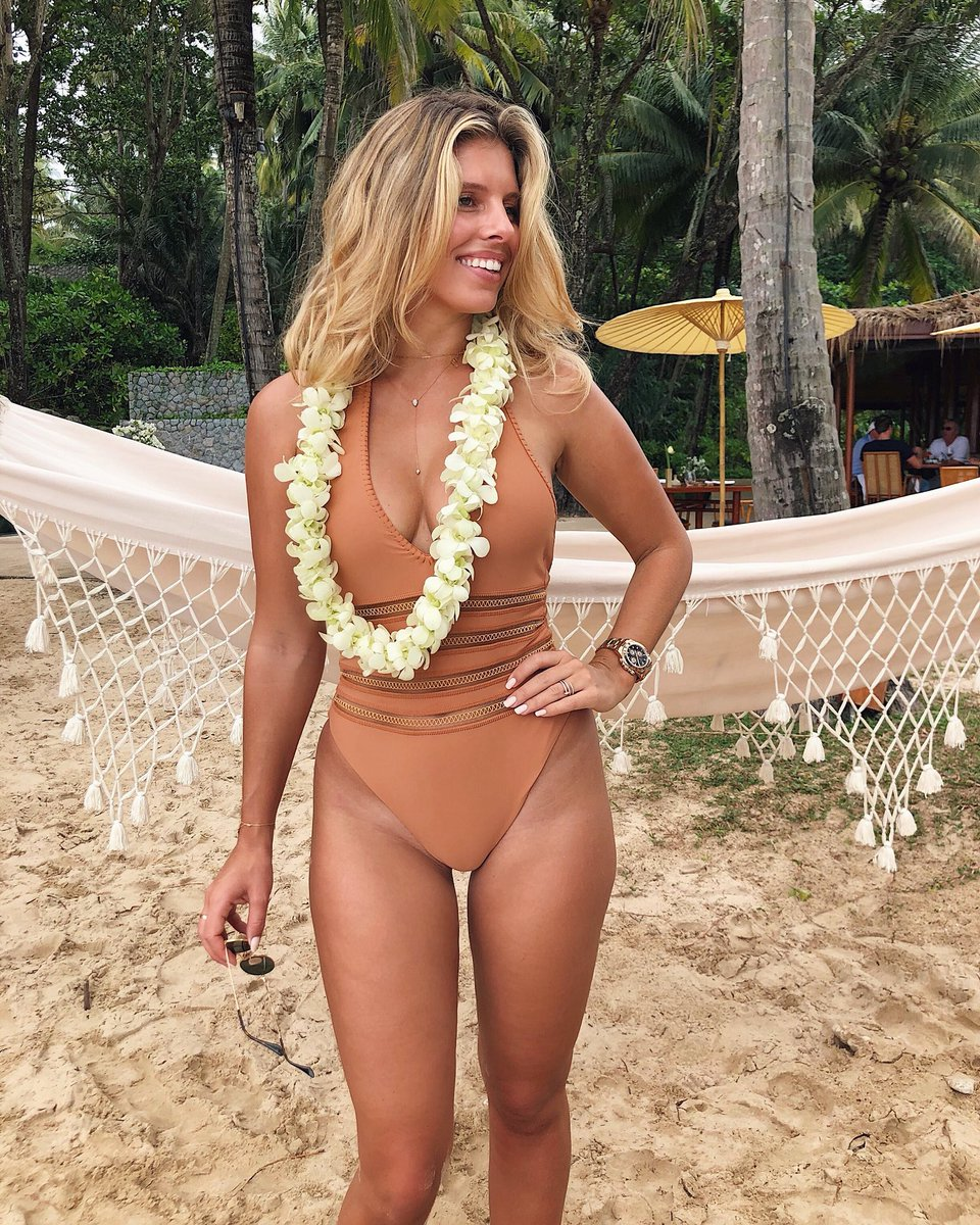 Beach day in Thailand with @devinbrugman @REVOLVE https://t.co/fmHaR9J4WW