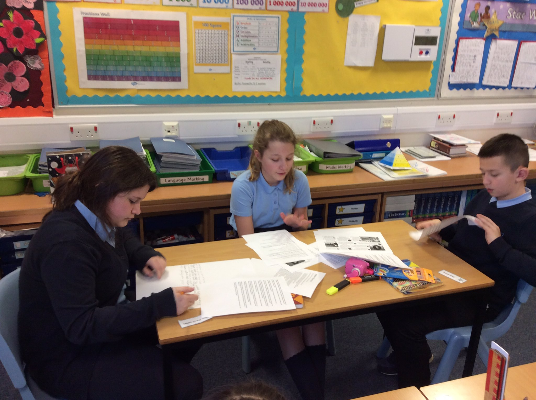 P7 working collaboratively today researching the life of Robert Burns #nationalpoet #BurnsDay #teamwork https://t.co/purVHuSXRc