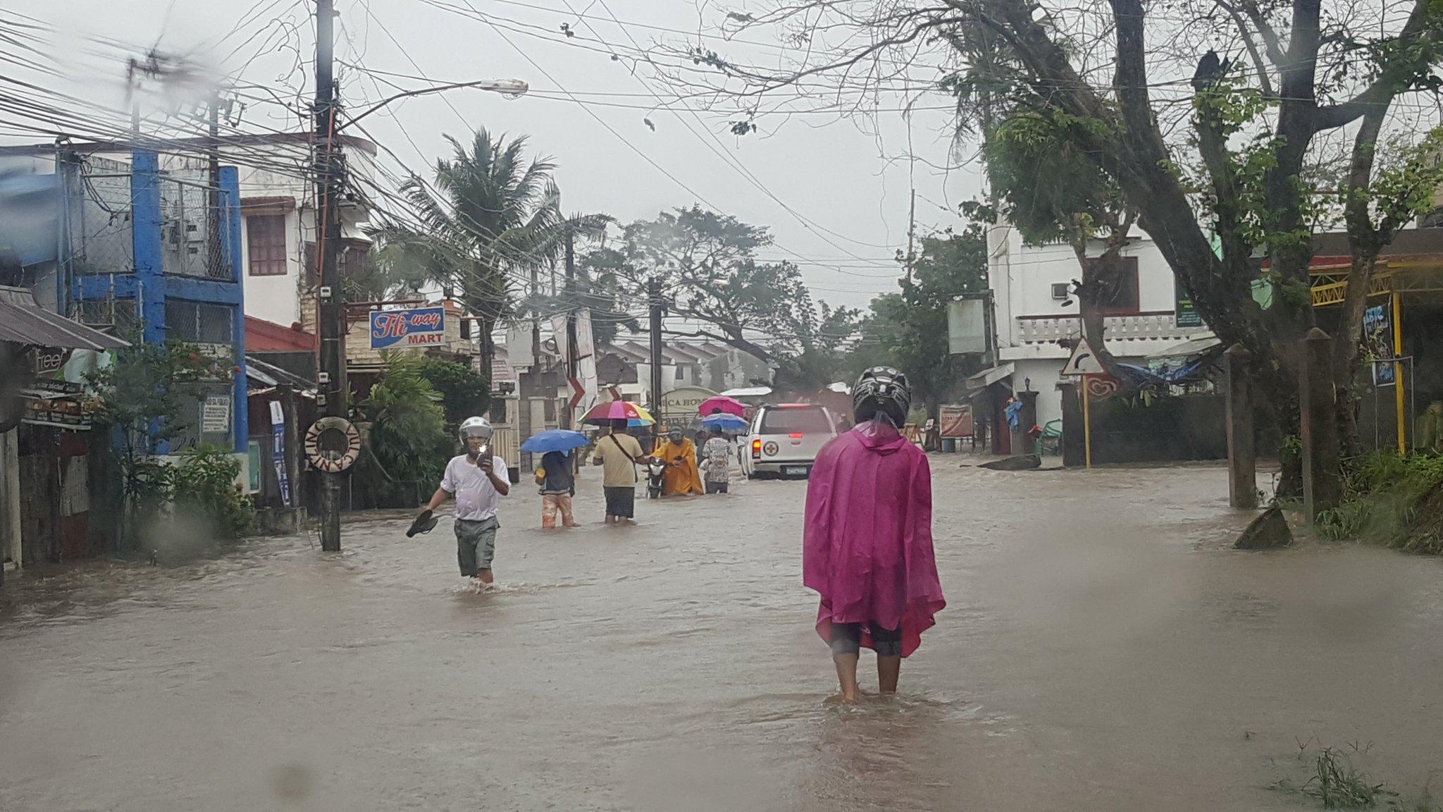 Sitwasyon ng baha sa may San Felipe Road, Naga City.  @ANCALERTS @ABSCBNNews @DZMMTeleRadyo https://t.co/gZZc7OSWNj