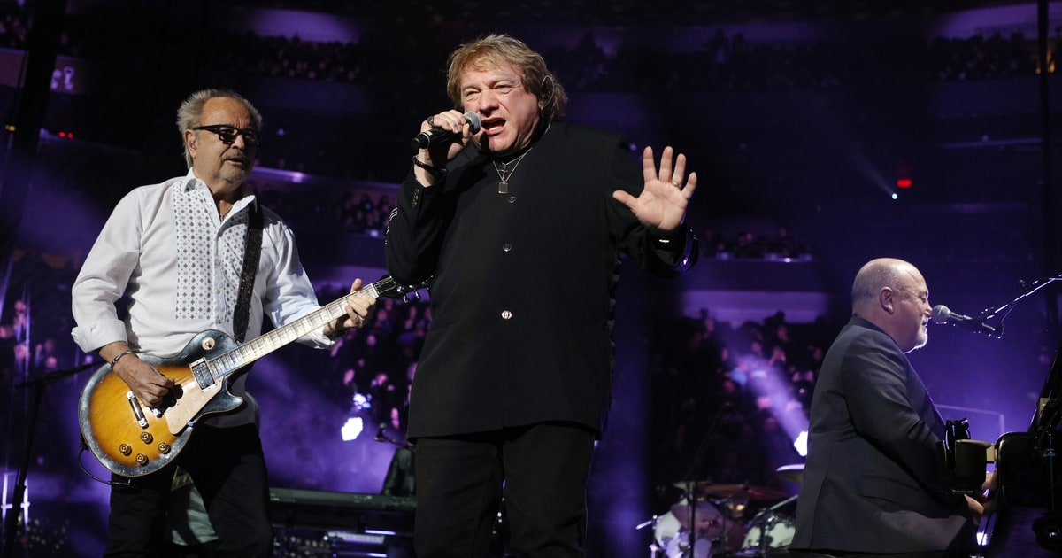 Watch Billy Joel perform Foreigner's 'Urgent' with Mick Jones and Lou Gramm at NYC show https://t.co/x4LUNmz5Mo https://t.co/GAtf1YUIuj