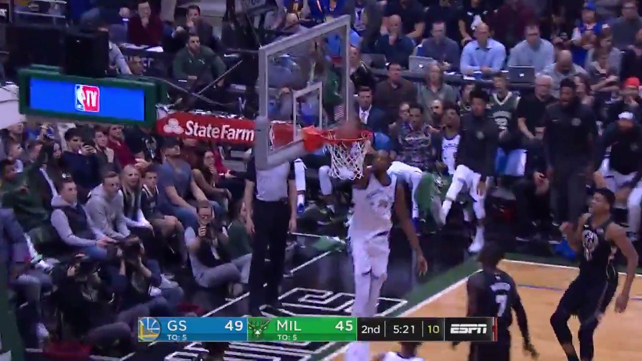 Kevin Durant fakes the shot and soars in for the jam!  @warriors 55 / @Bucks 47 with 2:40 left in Q2.  ��: @ESPNNBA https://t.co/k8CQVMOcgp