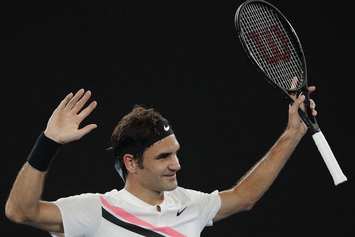 @BroadcastImagem: O suíço Roger Federer comemora a vitória diante do francês, Richard Gasquet, em Melbourne. Vincent Thian/AP