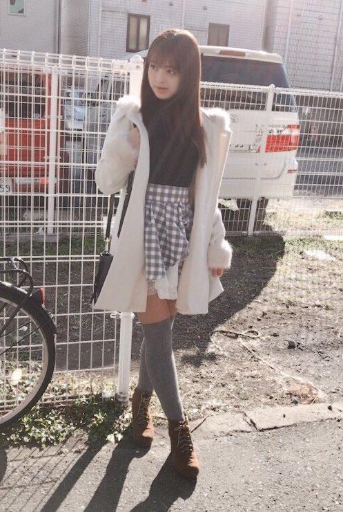 アイドルみたいに可愛い女の子がスカートをめくってパンツを見せてる  [114013933]->画像>11枚