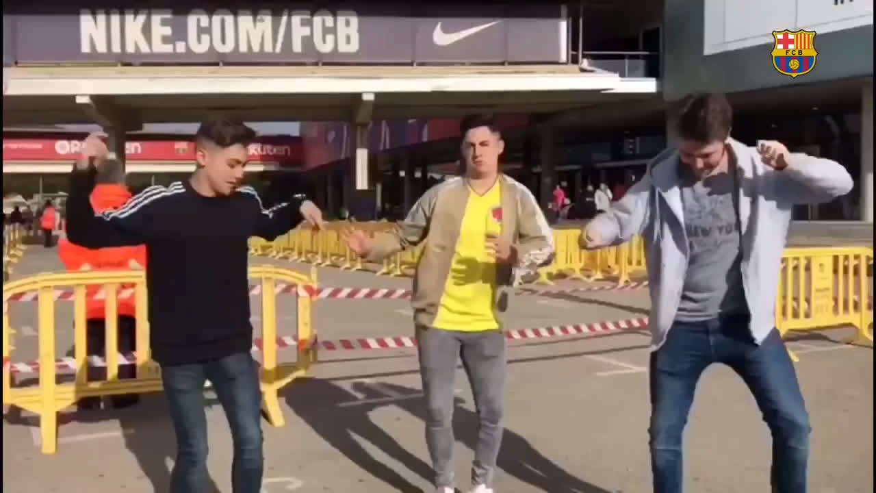 Barça fans are ready to say hello to Yerry Mina - nice moves, guys! ���� ���� #ForçaBarça https://t.co/PilyQpl8YD