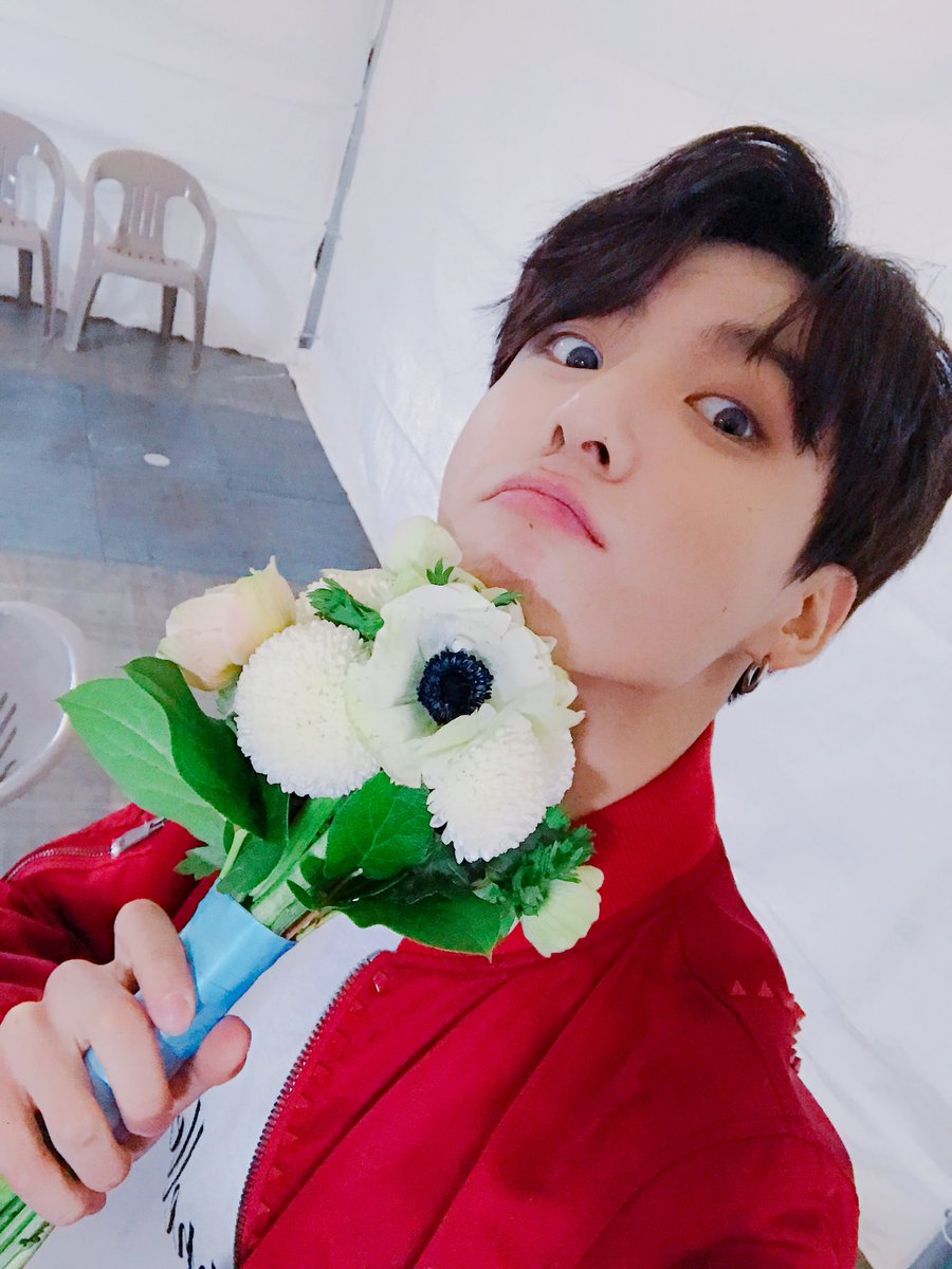 We looooove a qt with flowers �� | @BTS_twt https://t.co/DYryiMIko3