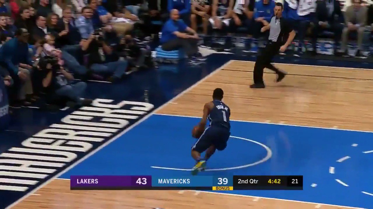 Dennis Smith Jr. had the hot hand in the 1st half, scoring 17 PTS for the @dallasmavs! #MFFL #NBARooks https://t.co/VEm27Bxu31