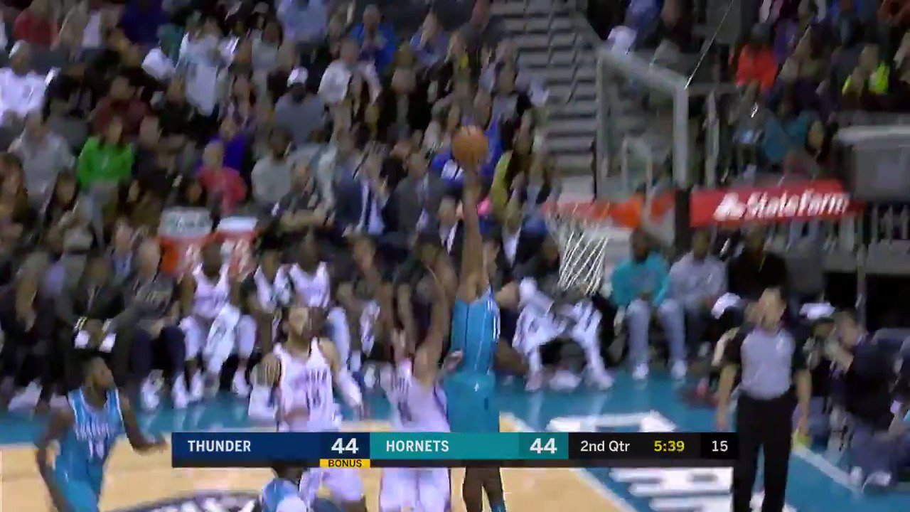 Dwight Howard gets up for the denial!  He has 3 BLK in the first half.  #BuzzCity https://t.co/xYYElXVnBz