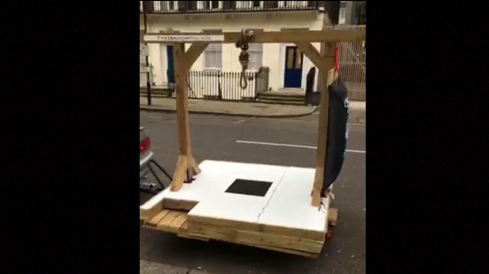 Trump supporters built gallows, tried to arrest London mayor over criticism of Trump https://t.co/r8WkeVWjI9 https://t.co/iD15kxVmXY