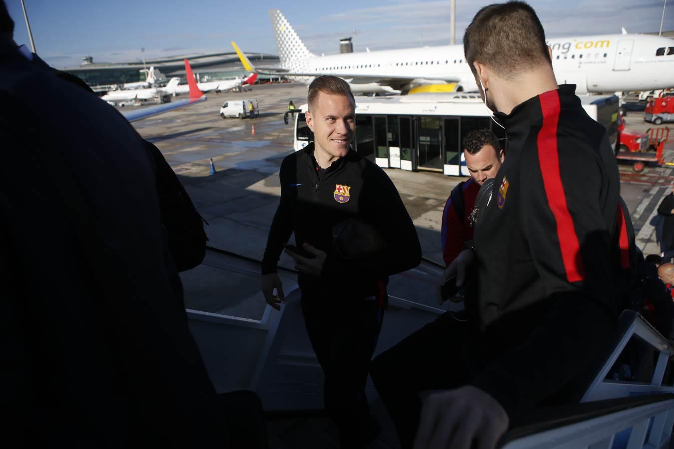 ✈ El primer equipo inicia su viaje hacia San Sebastián #FCBlive https://t.co/A4Pyjhb4Sh