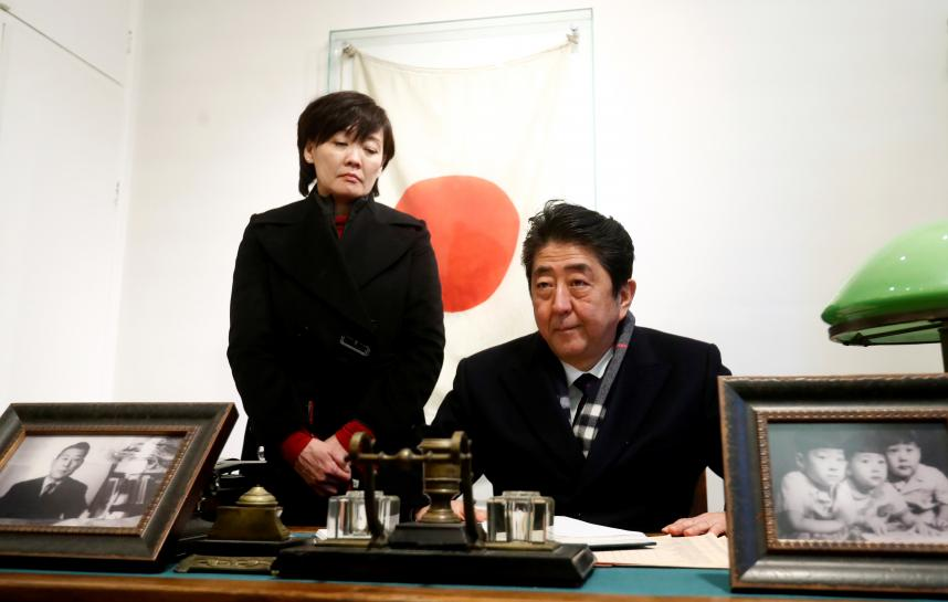 Japan PM Abe honors 'Japanese Schindler' in Lithuania