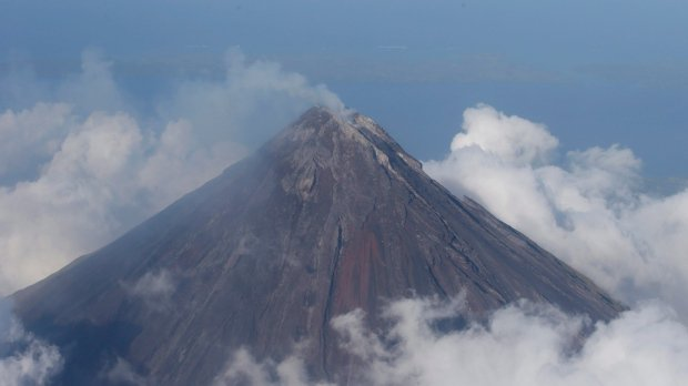 Thousands flee rumbling volcano in Philippines
