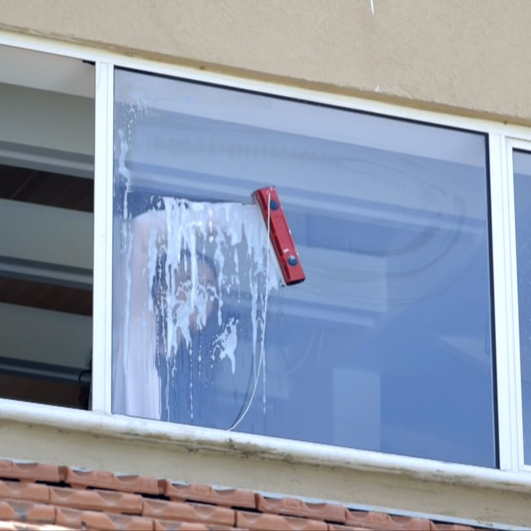 What a simple but effective invention. A magnetic window cleaner lets you wash the outside of your windows from the inside of your home.  Via @BIUK  #tech #innovation #FridayFeeling