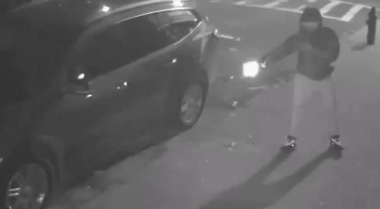 Terrifying video shows masked gunman chase down and open fire on victim on Bronx street https://t.co/O7mbWbn53C https://t.co/u8rsdW1ZE5