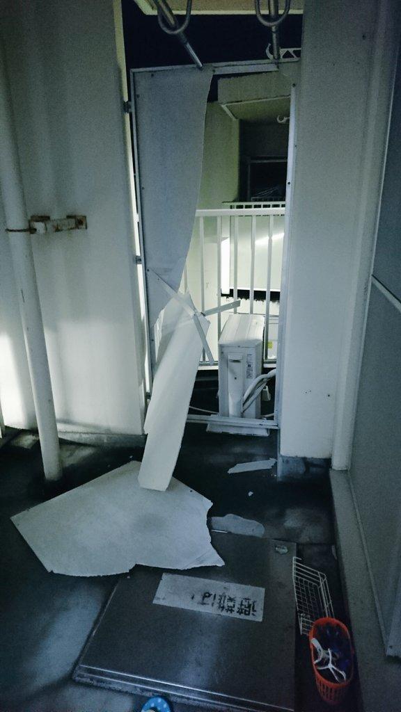 【 悲報 】  台風の影響でマンションのベランダ部分の仕切りが壊れた😇 😇 😇 https://t.co/bsrihxhfsv