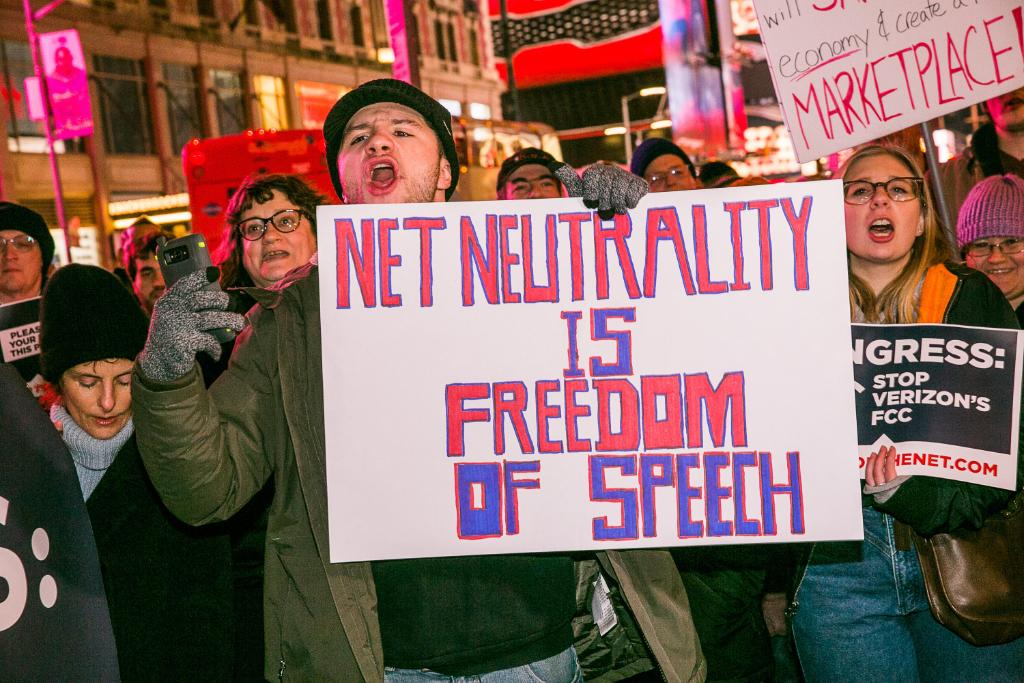 22 states came together and filed a lawsuit to save #NetNeutrality yesterday https://t.co/VcCbUHu8ZT https://t.co/WtzRNL5We0