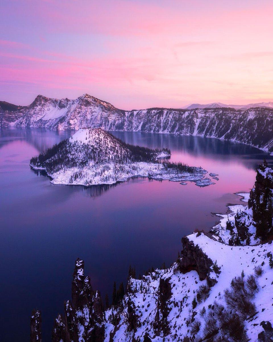 Evening settles over @CraterLakeNPS in this gorgeous pic by Daniel Fleischhacker #Oregon https://t.co/DiK0dOcq9N