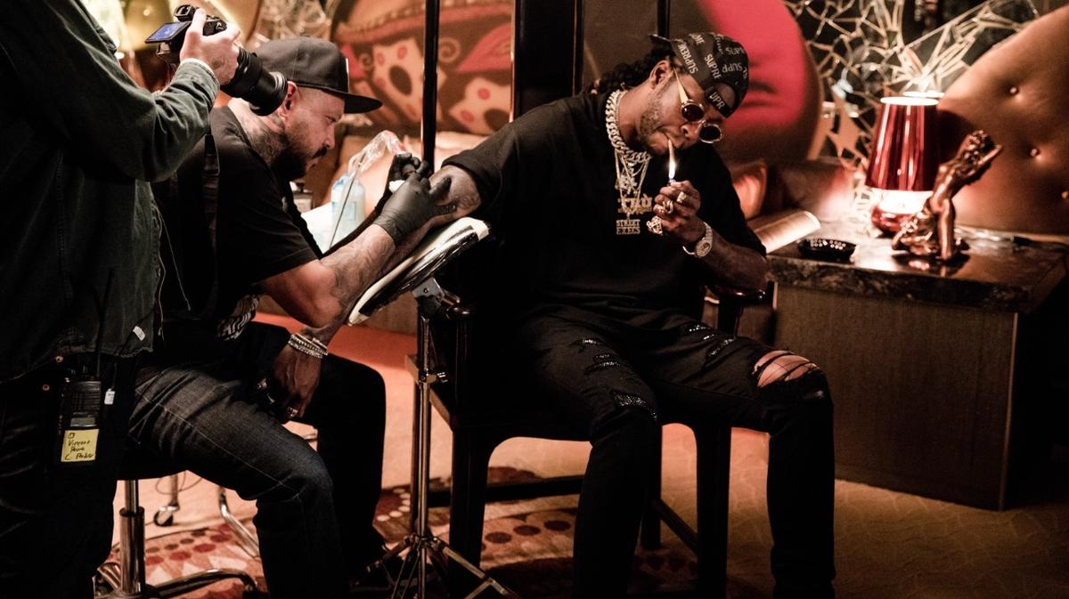 Watch @2chainz get tattooed with $9,000 ink: https://t.co/c5BJazZw93 https://t.co/WaXIHwfUfc