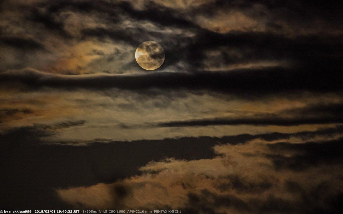 2月1日のお月様。19:40頃, 月齢15.35, 輝面比98.9%, 高度11°, 方位80°。月の出約60分後、雲の切れ目に昇り始めたお月様。この後、再び雲に隠れる。昨日の皆既月食は天候不良で見られませんでしたが、中継やUPされた写真で楽しませて頂きました。 #月 #Moon #HDR https://t.co/bgtKby6wiO