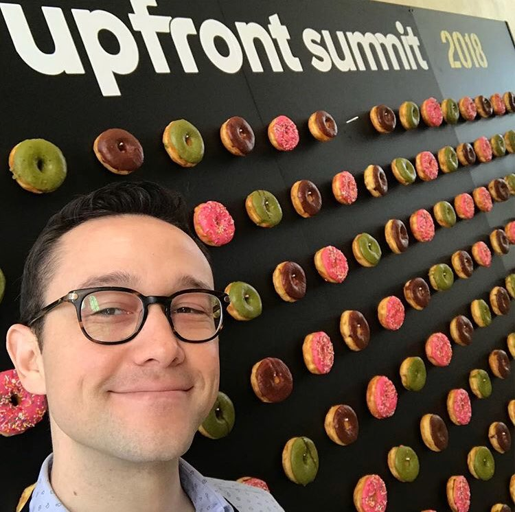 I'm smiling because it smells like doughnuts #upfrontsummit  https://t.co/IhXcwIHpuG https://t.co/LXIpZsXonr