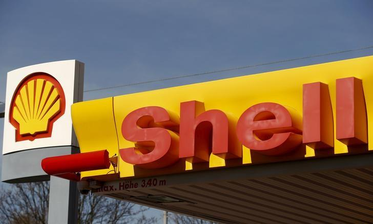 Shell poised to dethrone Exxon in oil titans' cash clash