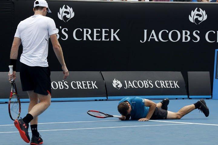 @BroadcastImagem: Bruno Soares (d) e Jamie Murray (e) são eliminados nas duplas do Aberto da Austrália. Ng Han Guan/AP