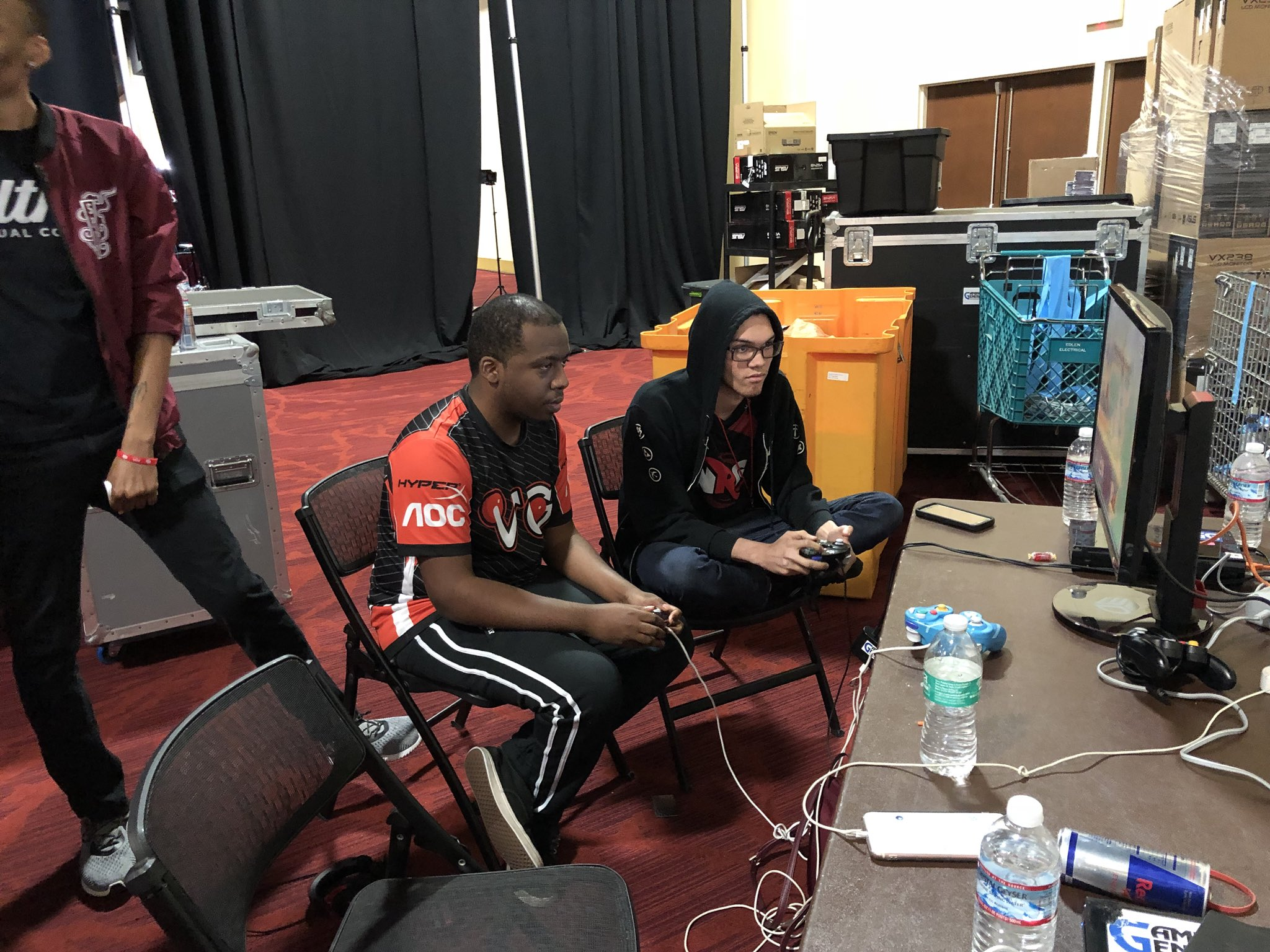 #SmashBrosWiiU pools are heating up! Meanwhile, @PinkFreshhh and @NairoMK are making sure they're ready to go. �� https://t.co/u1qm2XBjur