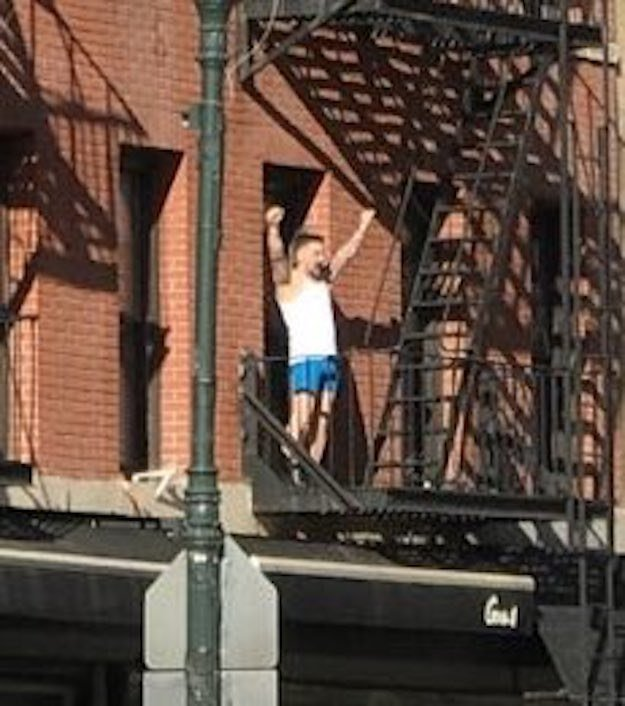 This guy standing on a balcony in NYC thought people were cheering for him during the Women's March, but um they were really cheering for a woman standing above him 🙃😂 https://t.co/3HPsxqHuMT https://t.co/bUvlzOXpaV