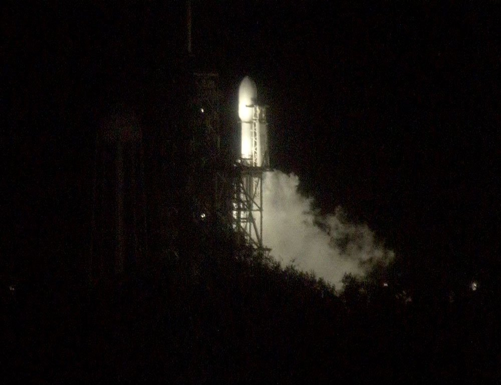 Vapors from cryogenic propellants are visible at launch pad 39A this evening, suggesting a fueling test is underway on SpaceX's Falcon Heavy rocket. https://t.co/1Xj8TMDHP7 https://t.co/Fdbnx5METf