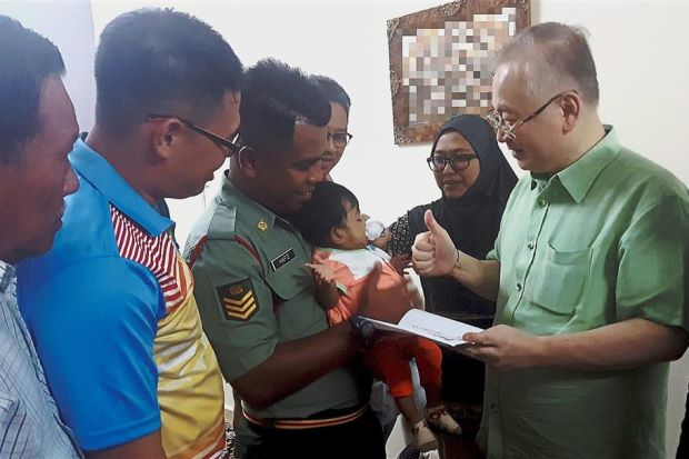 Couple receive aid for child's surgery - Nation