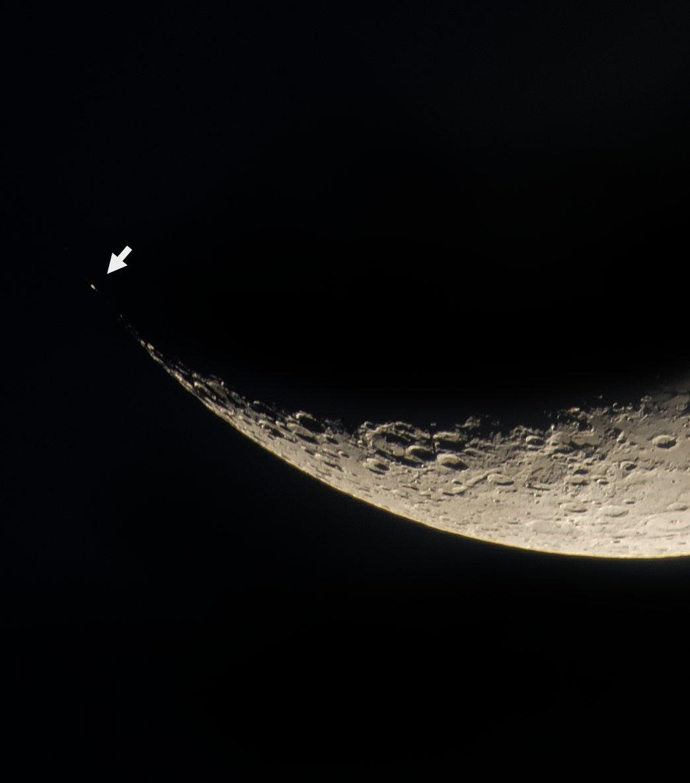RT @MoonWorld_jp: 夕方の月  月の南側の離れたところに目立つ光点(矢印)が見え、まるで星のようでした。 1枚目 地球照が見え始める頃にはすっかり雲に覆われてしまいました。3枚目 2018/1/21 月齢4.3 https://t.co/jvVOYOlOEt