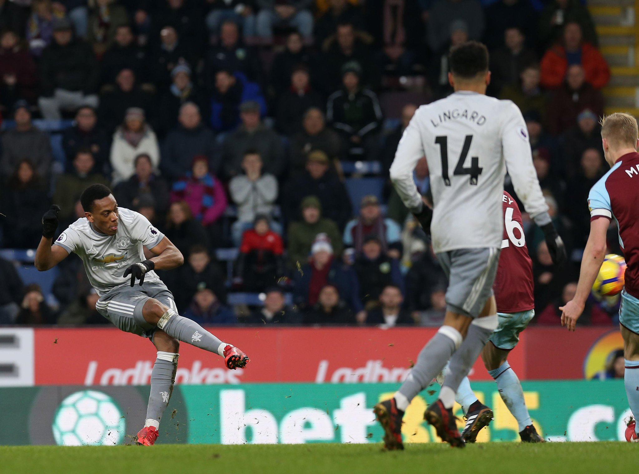 In off the bar!   Watch @AnthonyMartial's winner against Burnley ➡️ https://t.co/X6TfY78wQn #MUFC https://t.co/m85ZahfbKd